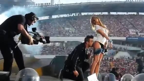 Robbie Williams, önce imza attı hayranının poposuna, ardından bir öpücük kondurdu. Bu olayın videosu internette tıklanma rekoru kırdı.