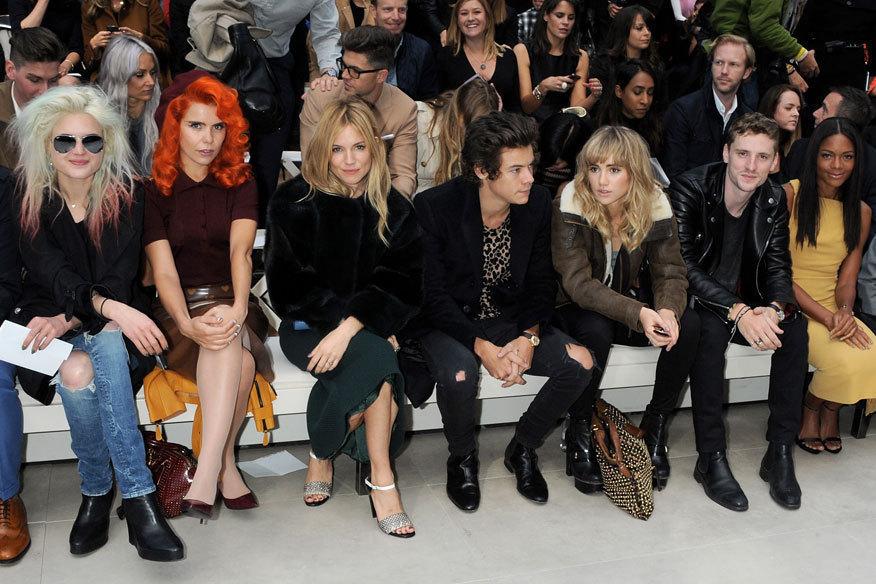 Burberry en uzun, en önemli ve en güzel Front Row, (sol) her zaman vardır: Alison Mosshart, Paloma Faith, Sienna Miller, Harry Styles, Suki Waterhouse, George Barnett ve Naomie Harris ...