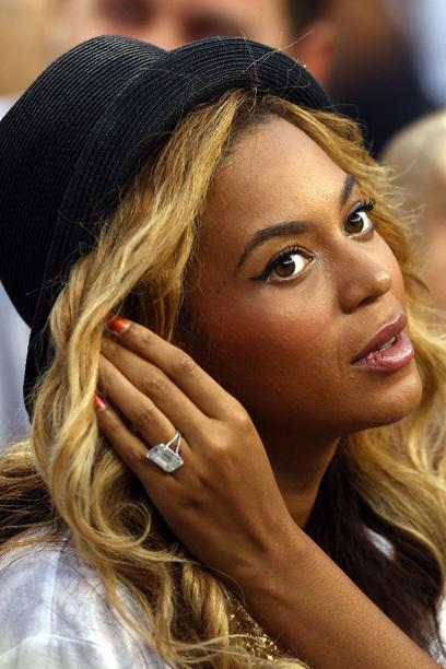 """PLACE 4 """"Eğer sevdiyseniz o zaman bir halka koymak almalısın"""" şakır Beyonce Knowles kendi şarkısı """"Single Ladies"""" (32). O iyi bir kahkaha vardır: Jay-Z (43) bir yaklaşık düzenlenen 3.600.000 € ile pahalı elmas yüzük 18 karat elini Lorraine Schwartz"""