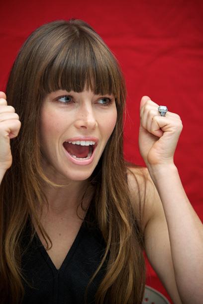 """YER 5 """"Yeay, sayısı 5!"""" Görünüyor Jessica Biel (31) mutlu olmak için. Sağda: Justin elini Aralık 2011'de düzenlenen - o onlar için tasarlanmış bir 18 ayar nişan yüzüğü, ile. O tabii ki, evet dedi!"""