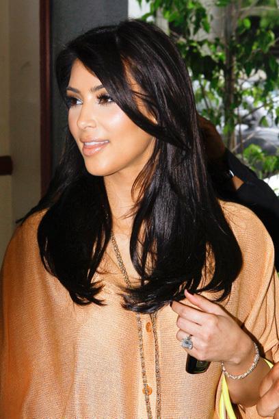 YERI 3 Oops! Bu son halkası için Kim Kardashian bir adam tarafından verildi daha derin cepler ele geçirildi. Humpfries Kris bir 2011 yılında yatırım (28) 20.5 karat elmas Lorraine Schwartz tarafından. Ama bir şey anlamına gelmez - evlilik sadece 72 gün sürdü. O zaman daha düşük ayar numarası ile geleceğe Bayan Batı için daha iyi çalışır umuyoruz izin ...