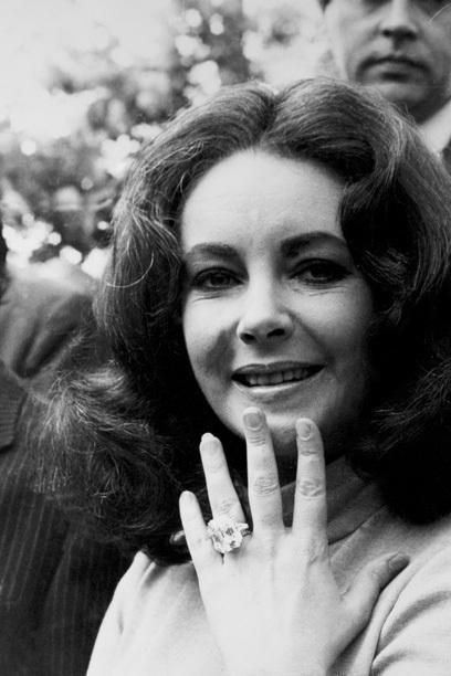 """YERI 1 Ve kazanan: Liz Taylor . († 79) Richard Burton († 59) geç Hollywood'un simgesi 1.968 bir verdi 33 ayar yüzük efsanevi Krupp elmas o da 220.000 avro civarında için Sotheby de ihalesi,. 2011 dokuz aylık sadece """"Elizabeth Taylor Elmas"""" için (şimdi takı parçasının adı) oldu Taylor ölümünden sonra 6.400.000 € Christie'nin açık"""