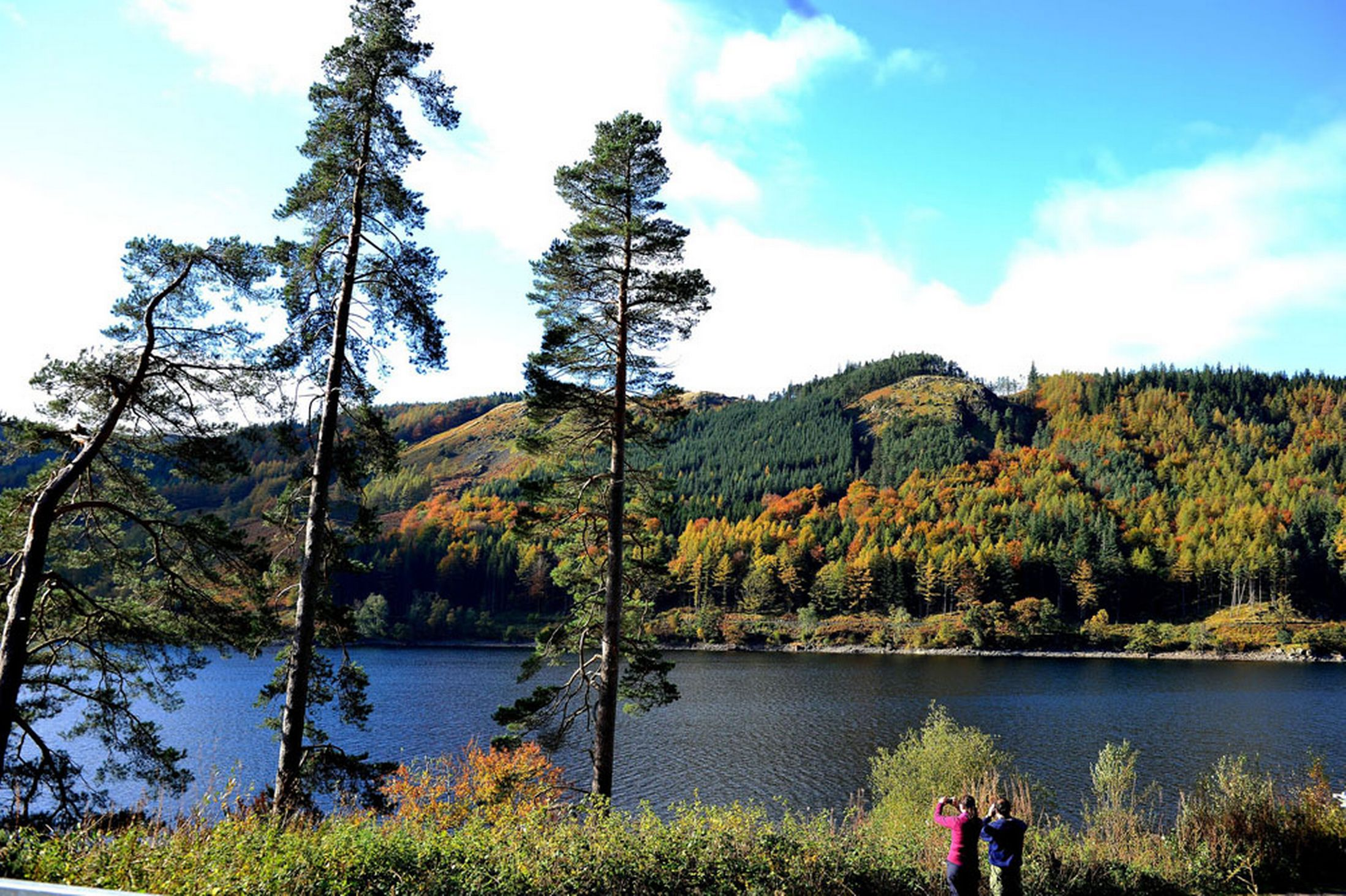 People-take-photos-of-the-Autumn-colours-at-Thirlmere-reservoir-in-the-Lake-District-Cumbria-24th-October-2641177
