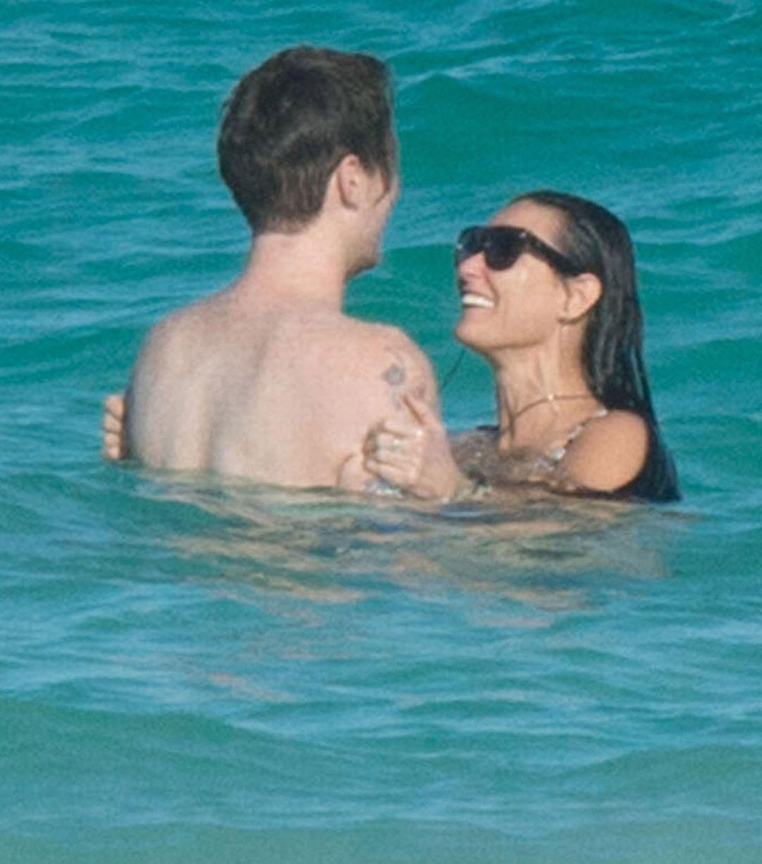 mirror.cok.uk adlı internet sitesine haberine göre de ünlü yıldızın yeni aşkı, Sean Cuma, Demi Moore'un kızı Rummer'in en yakın arkadaşı...