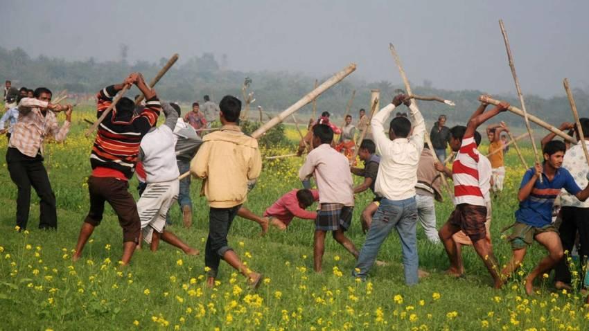 Seçime giden Bengladeş'te ise iktidar ve muhalefet partisi taraftarları arasında çatışma vardı. En az 18 kişi hayatını kaybetti.