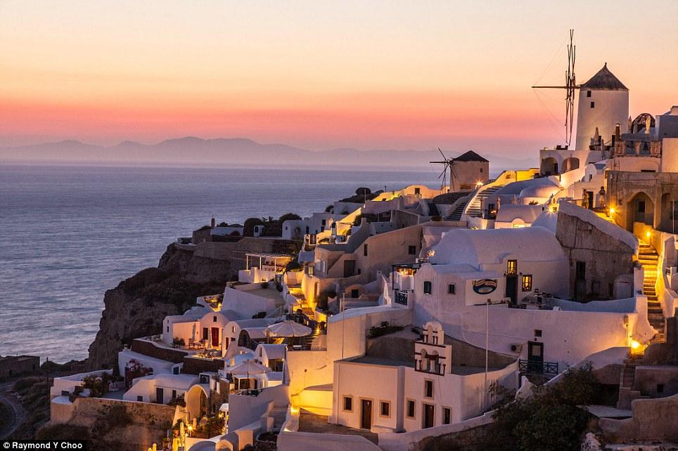 Yunan adalarından Santorini'nin en kuzeyindeki Ola Köyü burası... Gün batımıyla uyumlu bir sokak aydınlatması...