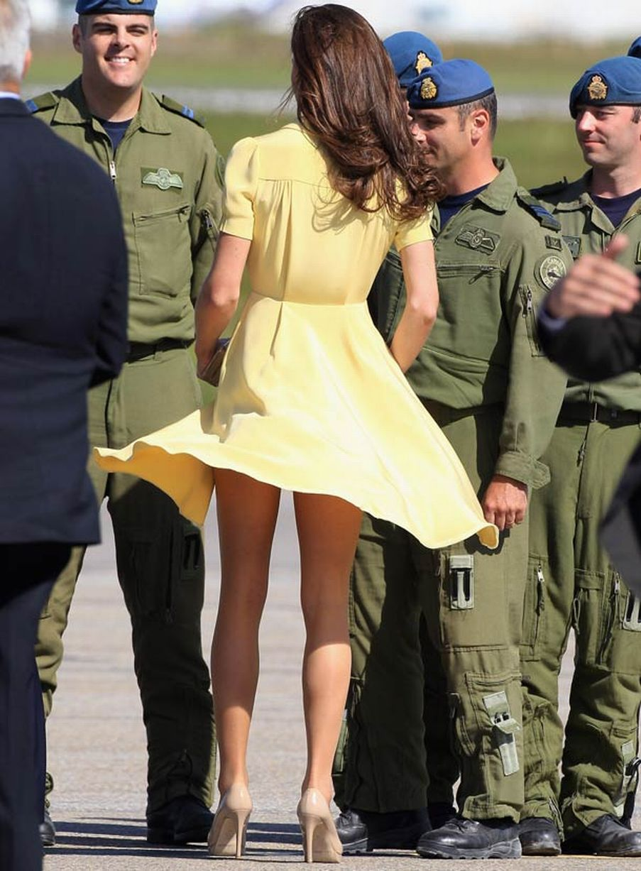kate-middleton-has-trouble-with-her-dress-as-she-arrives-at-calgary-airport-pic-getty-images-749637562-141000
