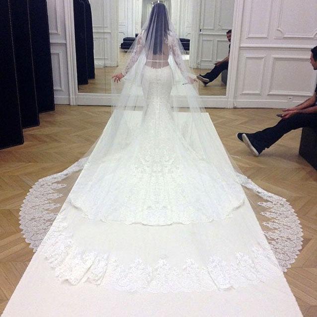 Kim_Kardashian_in_Givenchy_Hochzeitskleid-acf2190d098267be