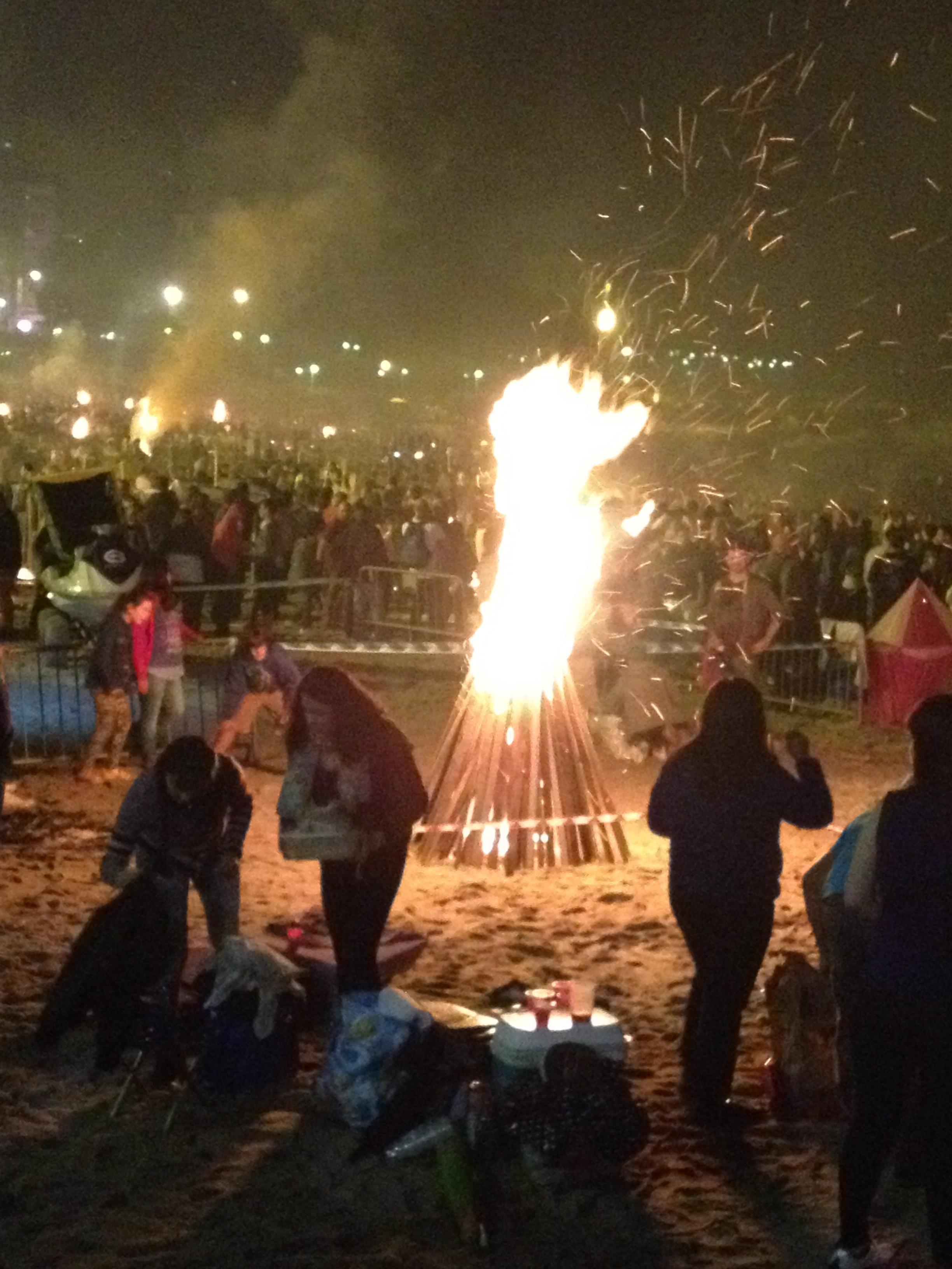 """Gençler """"St Jean Day""""de plajlara taşıdıkları odunlardan kuleler inşa edip, yaktılar."""