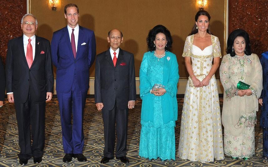 Cambridge Dükü ve Düşesi. Kuala Lumpur sarayda Malezya Kralı Sultan Abdul Halim Mu'adzam Şah, Kraliçe Haminah Hamidun, Malezya Başbakanı Najib Razak ve eşi Rosmah Mansor ile...