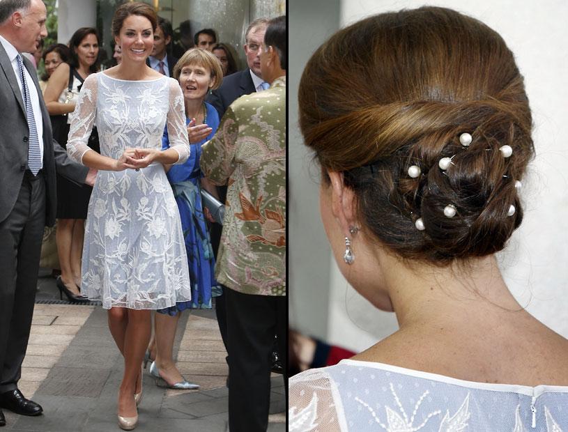 Cambridge Düşesi,  Kuala Lumpur İngiliz Yüksek Komisyonu'nun çay partisine bu kıyafetle gitti...