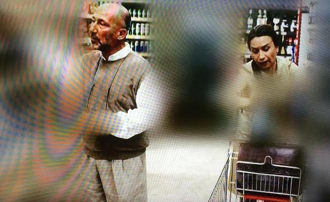 """""""Organize İşler"""" filminden 2014'te ekrana yansıyan bir sahne… Altan Erkekli ve Demet Akbağ, markette alışverişte."""