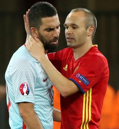 İspanya maçında Türklerin yuhaladığı Türk Milli Takımı'nın kaptanını teselli etmek, Barcelona'dan takım arkadaşı Iniesta'ya düştü!