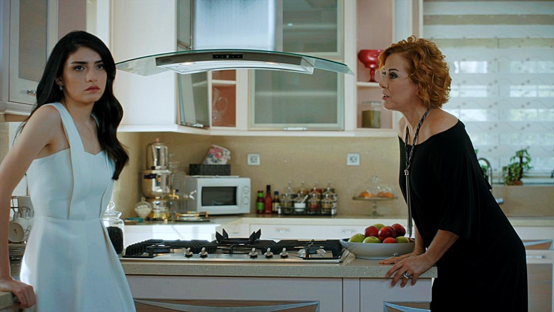 Yüksek Sosyete dizisinde Hazar Ergüçlü, Zuhal Olcay'ın kızını oynuyor
